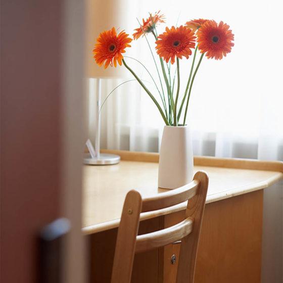 Blumen auf dem Schreibtisch