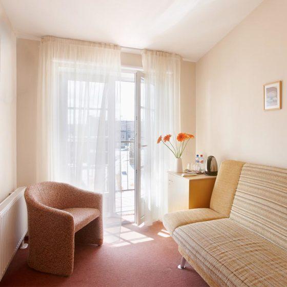 2. Zimmer mit Sofa im Superior